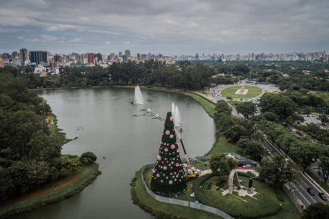 SÃO PAULO, SP, 26.11.2018 - A montagem da tradicional árvore de Natal do parque Ibirapuera já começou. Ela terá 43 metros de altura (em 2017, foram 40), uma estrela no topo e mais de 250 enfeites. A inauguração será no sábado (1º.dez). (Foto: Bruno Santos/Folhapress)