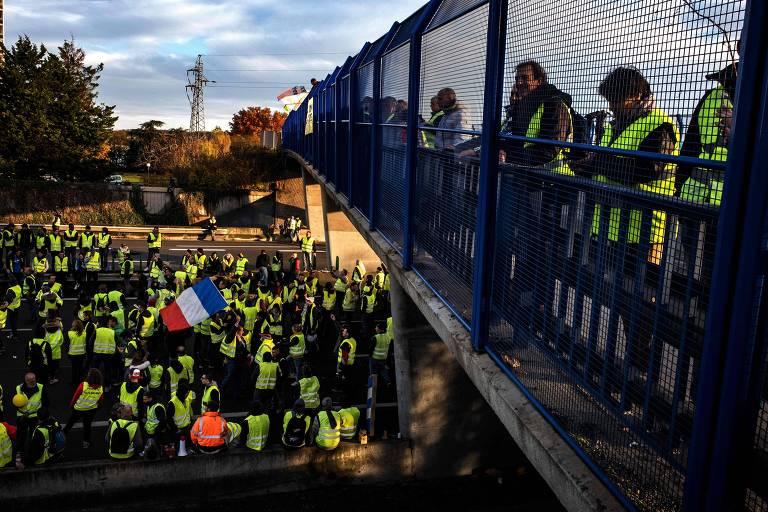 'Coletes amarelos' protestam em rodovia francesa no último dia 24 contra o reajuste no preço dos combustíveis