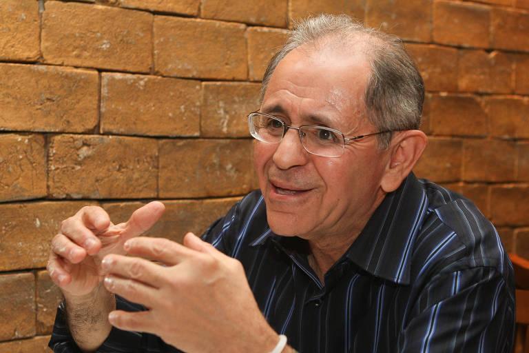 General Maynard Marques Santa Rosa dá entrevista em restaurante