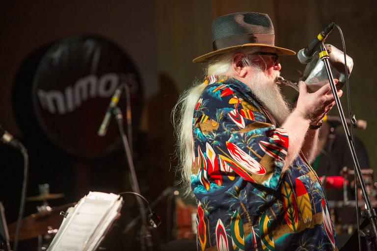 Hermeto Pascoal toca sua chaleira no Mimo, na sexta (24)
