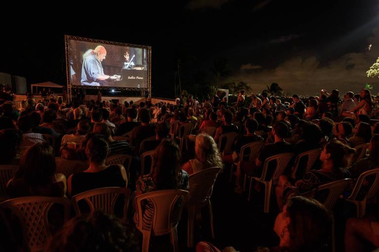 Público assiste ao concerto de Gismonti em telão do lado de fora da Catedral da Sé