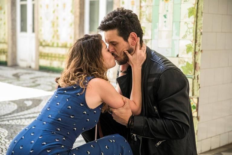 Após revelação sobre paternidade, Isabel (Alinne Moraes)  e  Alain (João Vicente de Castro) se beijarão