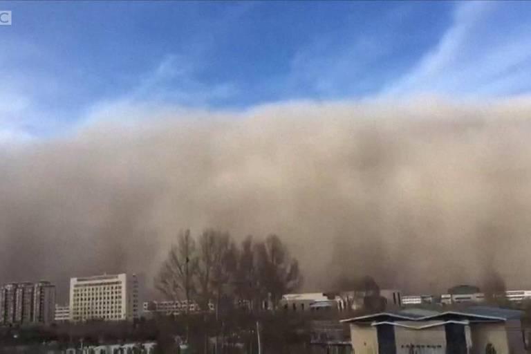 Imagem retirada de vídeo da BBC mostra tempestade de areia que engoliu  a cidade de Zangye, de 1,2 milhão de habitantes, no noroeste da China