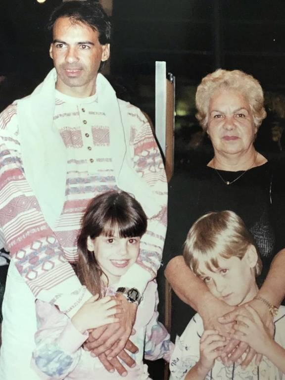 Irmãos Kayky e Stephany Brito com pai e avó
