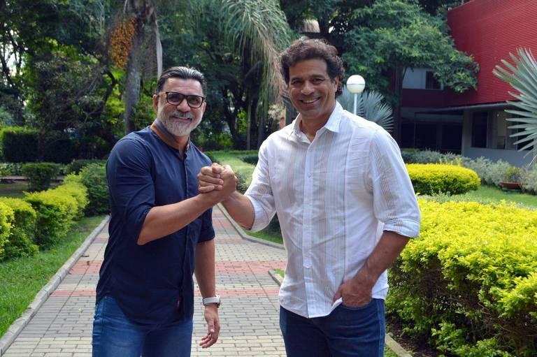 O coordenador de futebol do São Paulo, Ricardo Rocha, de saída do clube, dá a mão para Raí, diretor de futebol, que o convidou para compor a diretoria tricolor
