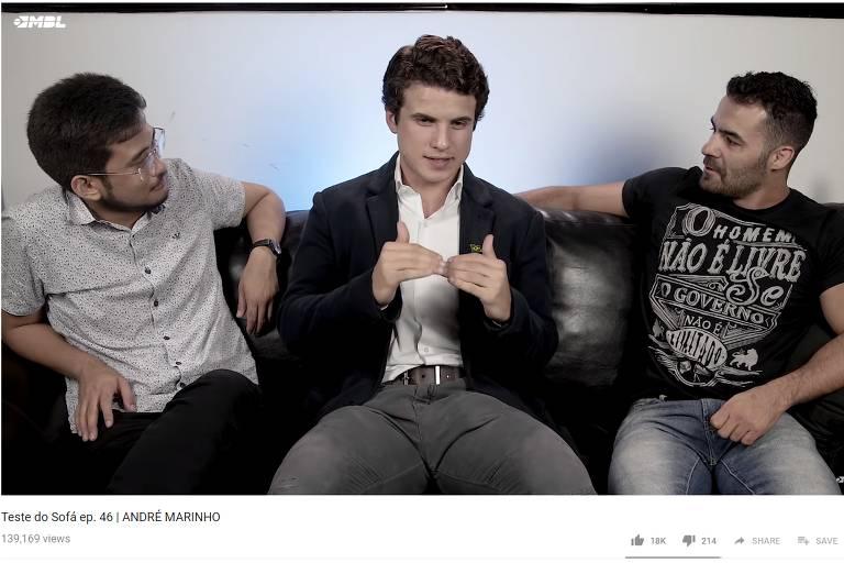 Kim Kataguiri (deputado federal eleito), André Marinho e Arthur Mamãe Falei (deputado estadual eleito) conversam em vídeo do YouTube sobre as imitações de Marinho