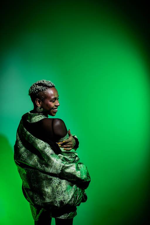 Karol Conka em ensaio com o visual criado com a ajuda da drag queen Alma Negrot para seu novo disco, 'Ambulante'