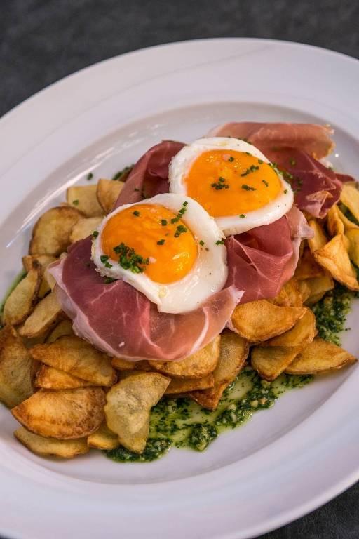 Salada de batatas, presunto cru e ovo caipira servidos no Mondo Pane