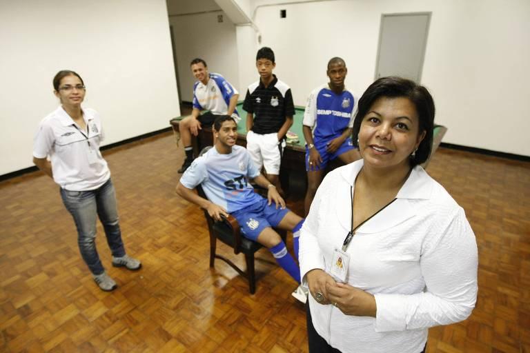 À direita, a assistente social Silvana Trevisan, com jogadores da base do Santos em 2010
