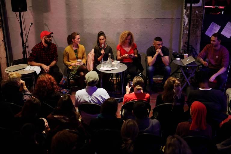 Discussão sobre legislação da prostituição na França durante feira para trabalhadores do sexo em Paris no dia 3 de novembro