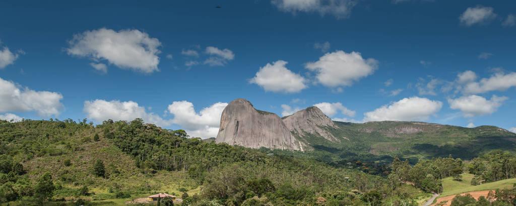 A Pedra Azul vista do deck da pousada Rabo do Lagarto, na Vila de Pedra Azul, no Espírito Santo