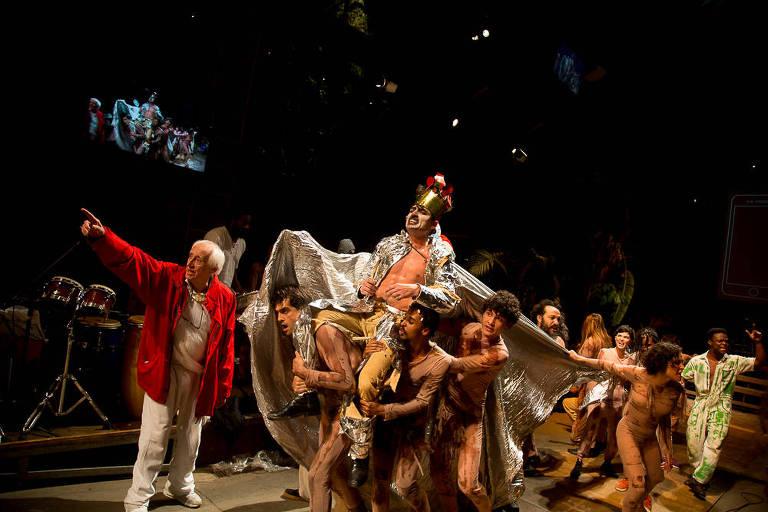 O ator Roderick Himeros interpreta um ídolo da música no espetáculo 'Roda Viva'