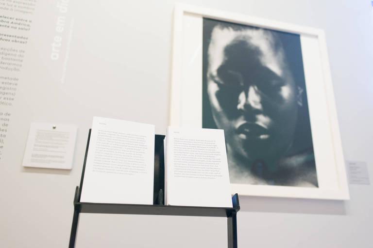 Cartões olfativos em foto de Cláudia Andujar na mostra 'Relance'