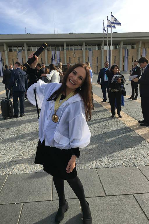 A atriz Regina Duarte em frente ao Parlamento de Israel, em Jerusalém