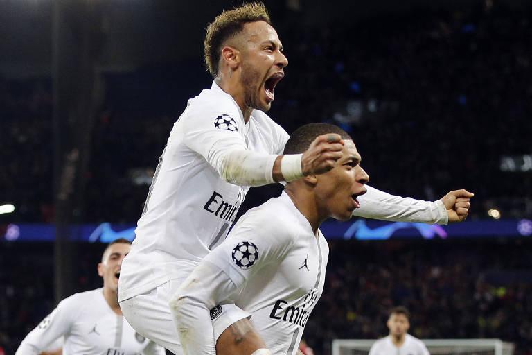 Neymar e Mbappé comemoram gol do brasileiro, o segundo do PSG contra o Liverpool, pela Champions League