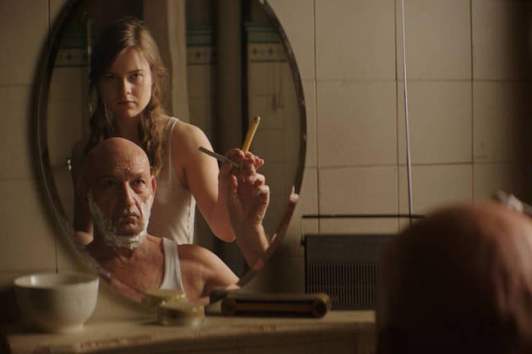 Os atores Hera Hilmar e Ben Kingsley em cena de 'Um Homem Comum'