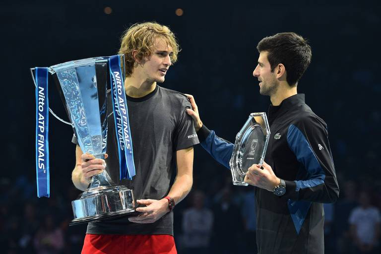 Zeverev e Djokovic conversam após a final do ATP Finals.