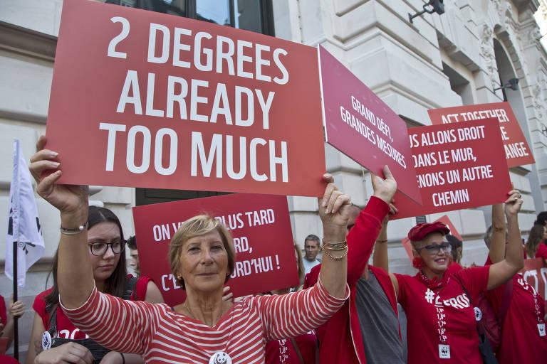 Manifestantes protestam em outubro por mais ações contra as mudanças climáticas na França; movimentos semelhantes aconteceram em outros países na Europa