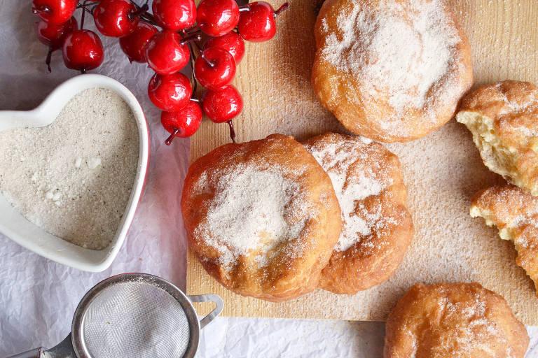 Receita de filhoses, pãezinhos fritos cobertos de açúcar e canela
