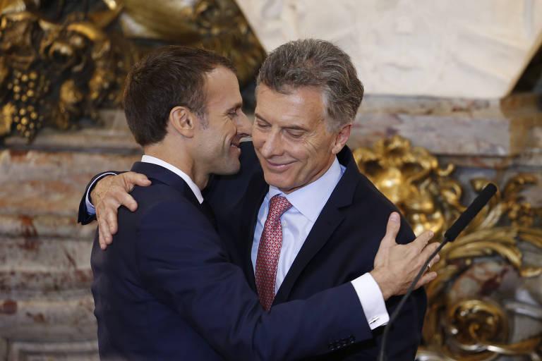 Emmanuel Macron, presidente da França, e o argentino Mauricio Macri se abraçam na Casa Rosada