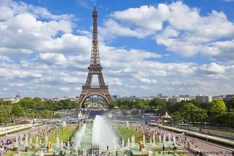 Torre Eiffel Com 324 metros, a Torre Eiffel ainda é estrutura mais alta da cidade. São 7 milhões de bilhetes vendidos por ano, o que faz dela o ponto turístico mais visitado do mundo. Por 17 euros, um elevador leva o visitante até o topo. Mas, cuidado: quem sobe de escada também paga. A única coisa de graça é a vista lá de cima. Na foto, feita do Palais de Chaillot, os jardins do Trocadero em primeiro plano.