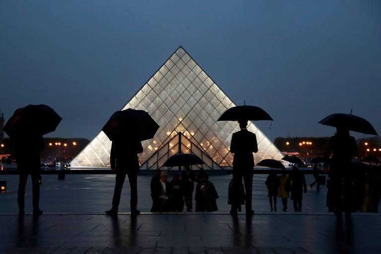 Homens seguram guarda-chuva