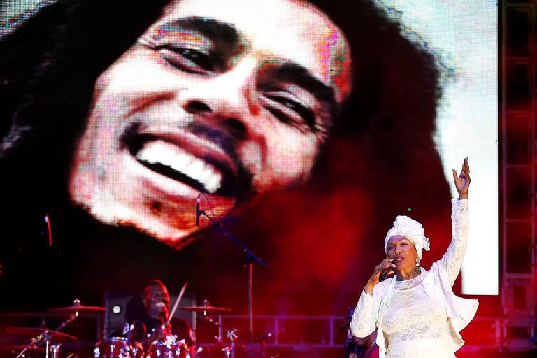 Cantora jamaicana Marcia Griffiths canta diante de foto de Bob Marley