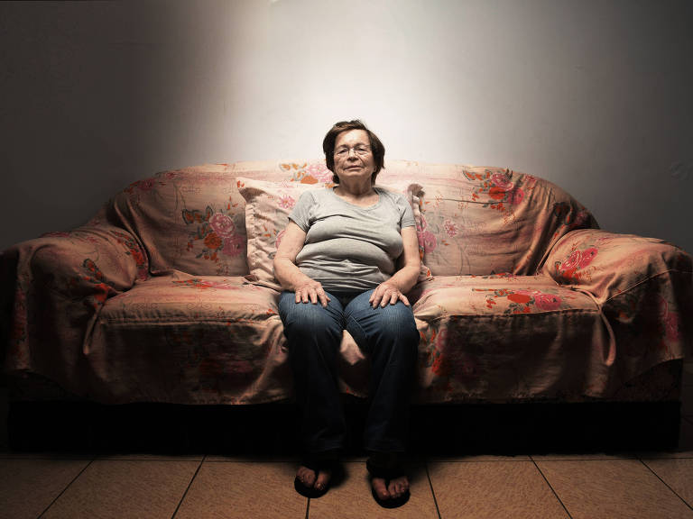 Senhora sentada no sofá