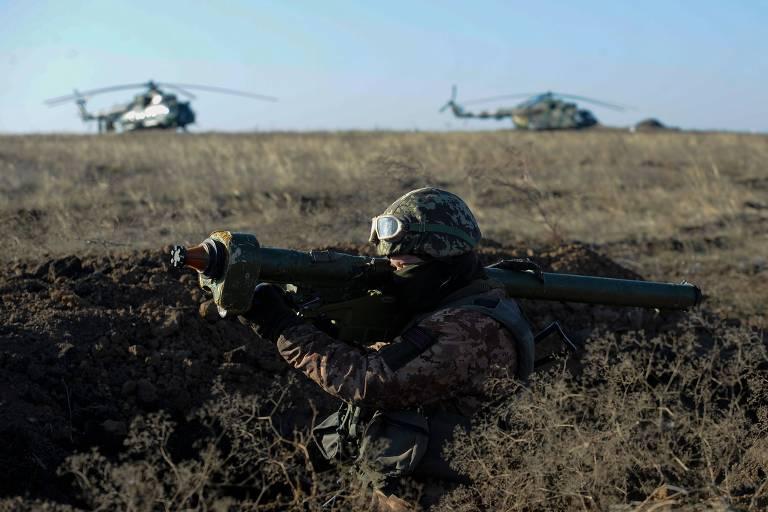 Militar ucraniano participa de exercício em Urzuf, perto de Mariupol