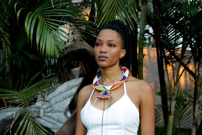 De blusa branca e colar colorido, cantora Luedji Luna posa para foto no segundo dia do Coala Festival, no Memorial da América Latina, em setembro de 2018