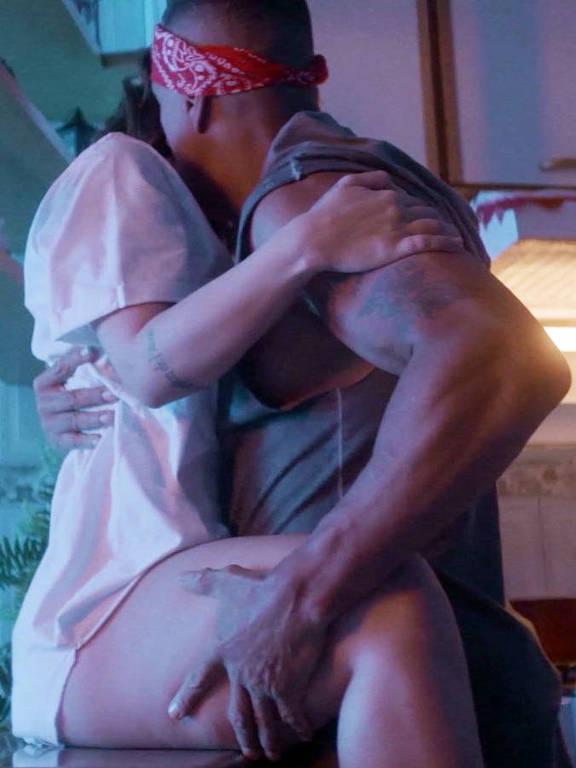 Cleo e Mano Brown no clip  'Melhor Que Eu'