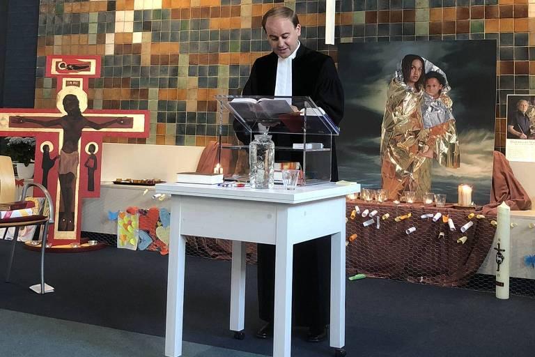 Pastor faz culto na Igreja Bethel, que mantém serviço religioso 24 horas por dia para evitar que a polícia expulse família armênia ordenada a deixar o país