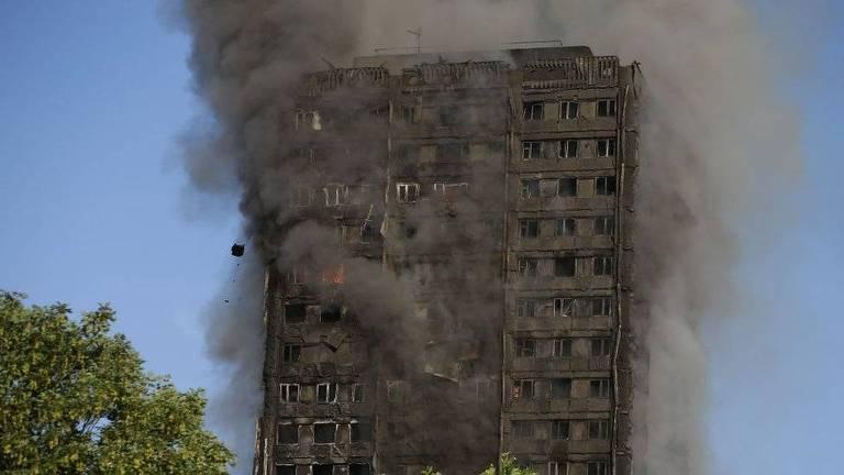 A torre Grenfell, em Londres, onde 71 pessoas morreram num incêndio em 2016, virou ponto para fotos de turistas