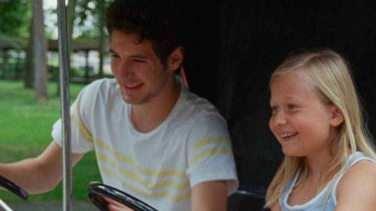 homem e menininha num caminhão