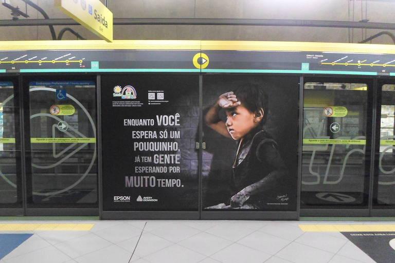 Campanha Impressione América na estação Pinheiros, da linha 4 Amarela do Metrô em São Paulo