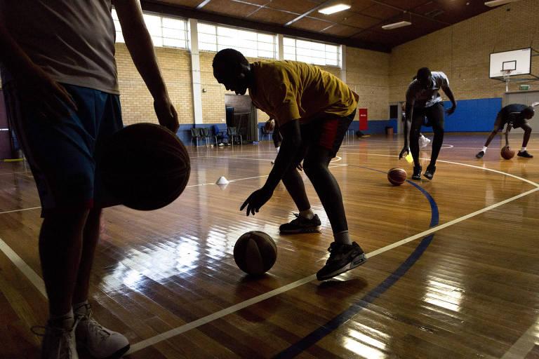 Time Savannah Pride, formado por jovens do Sudão do Sul, treina na Austrália