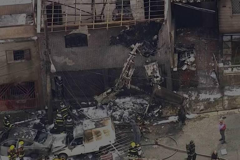 Reprodução da TV Globo de avião de pequeno porte que caiu na zona norte de São Paulo