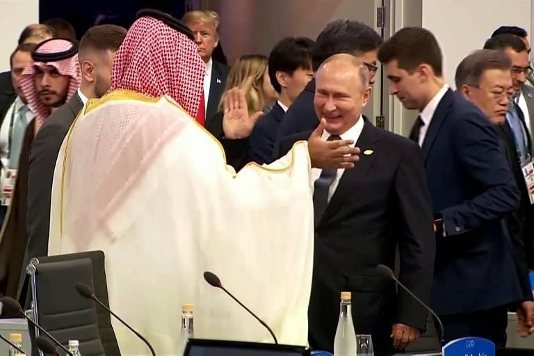 O presidente russo Vladimir Putin e o príncipe herdeiro da Arábia Saudita, Mohammed bin Salman, se cumprimentam durante encontro do G20