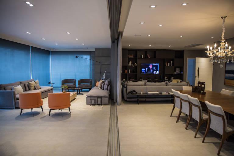 Apartamento decorado do edifício Helen, da incorporadora Porte. A área mostrada mistura diversos cômodos sem paredes, como salas de estar, de TV e de jantar