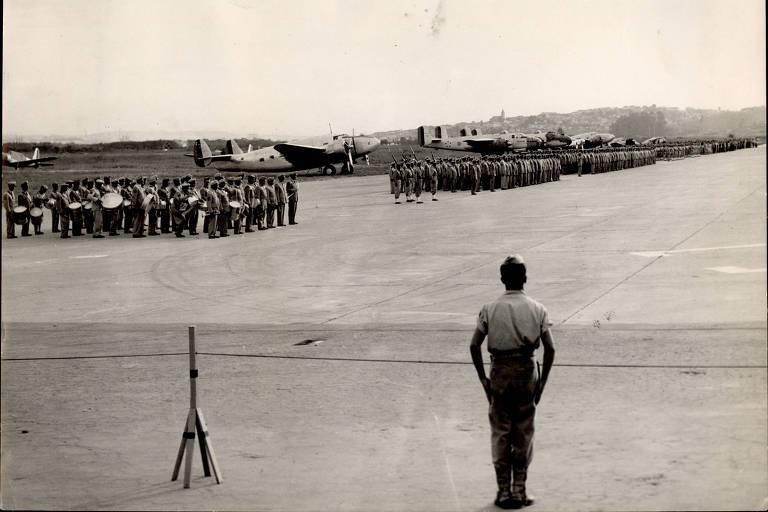 Desfile militar em 1952 no Campo de Marte