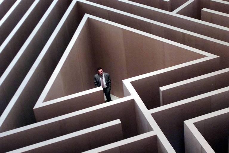 Visitante em criação de Morris no museu Guggenheim, em Bilbao