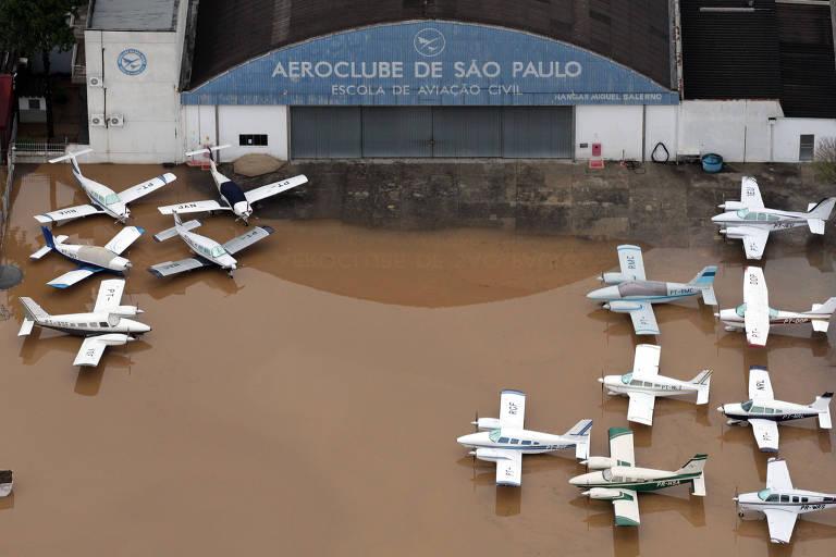 Estacionamento de aviões amanhece alagado após chuvas em 2011