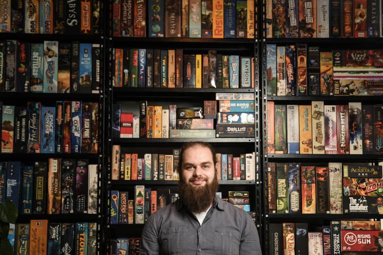 O empresário Rafael Sales na Encounter Board Game Café, que fica na Vila Madalena (SP) e disponibiliza cerca de 400 jogos