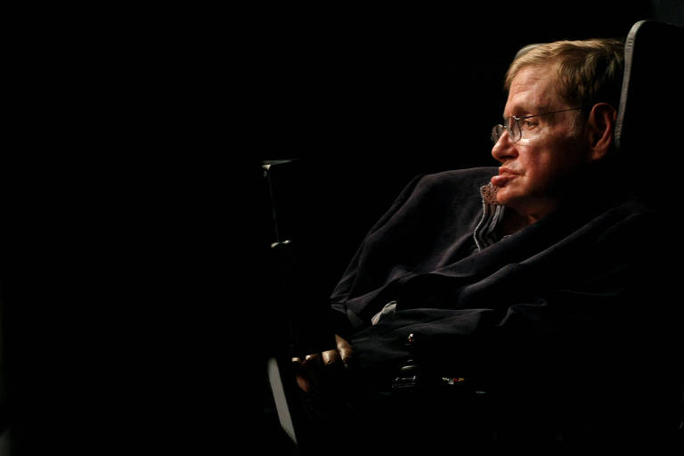 O físico Stephen Hawking, em um fundo escurecido