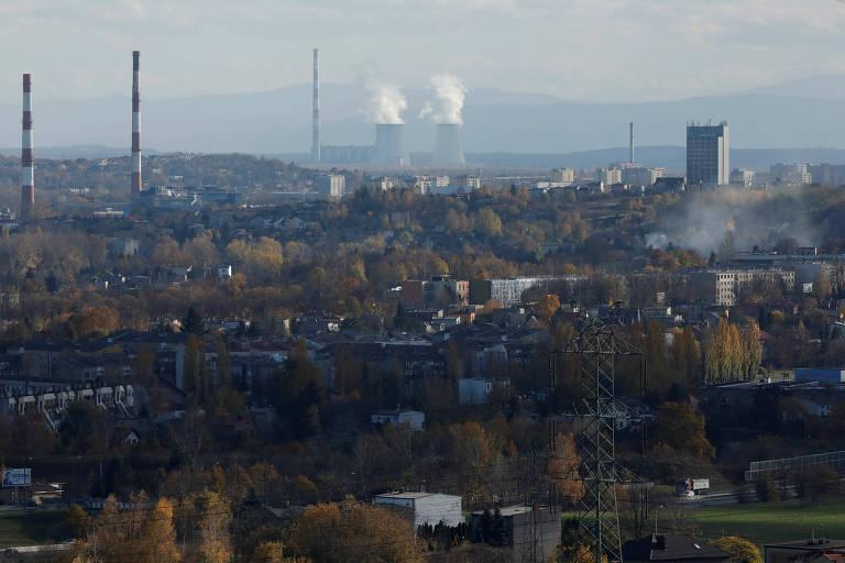 Área industrial próxima a Katowice, na Polônia, com chaminés visíveis
