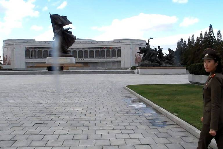 guia militar caminha em direação a prédio do museu