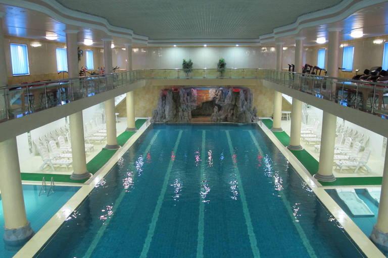 Vista de mezanino, piscina com quatro raias, cercada de duas piscinas mais rasas