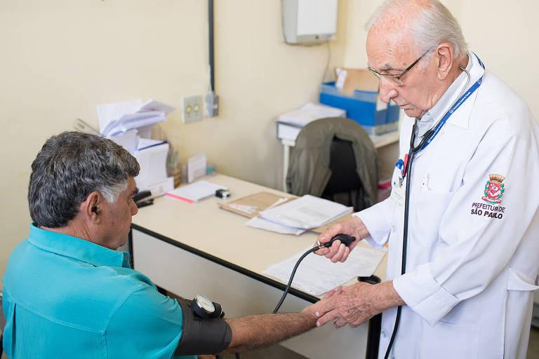Aos 93 anos, Duarte Vicente ainda atende em um posto de saúde municipal na periferia de São Paulo