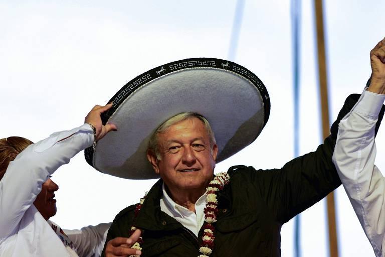 O líder  Andrés Manuel López Obrador, que posa para foto com chapéu e braço erguido