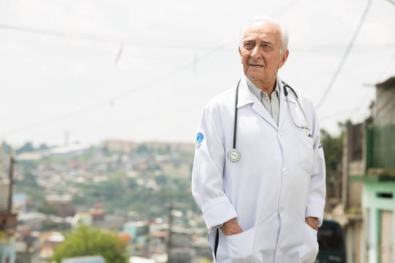 Médico de 93 anos atende gerações em posto do SUS